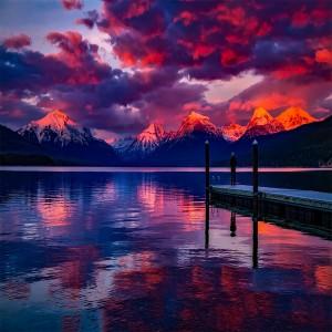 عکس دریاچه و کوه های برفی و آسمان ابری
