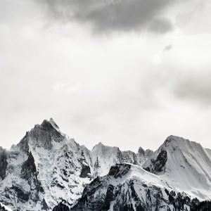 عکس کوه های برفی و آسمان ابری